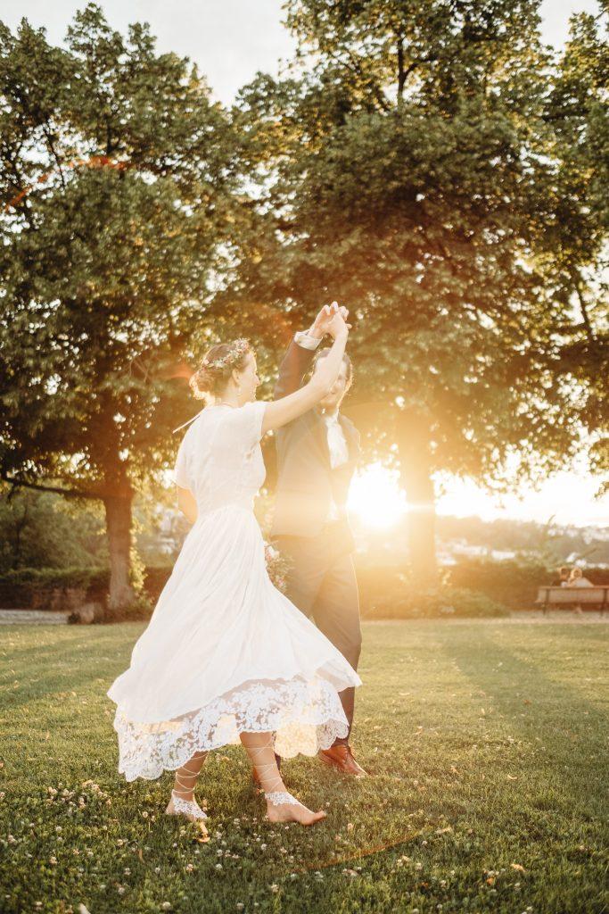 Ein Brautpaar tanz hier in den Sonnenuntergang.
