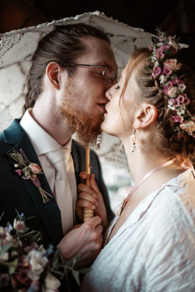 Eine wirklich total schöne Vintagehochzeit, das Brautpaar ist perfekt auf einander abgestimmt. Was man in diesem wirklich schönen Hochzeitsfoto sehen kann.