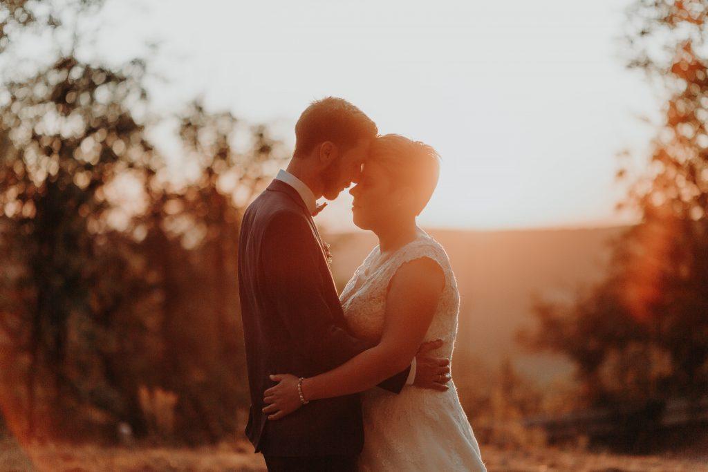 Bei einem Traumhaften Brautpaar shootig an der Hochzeit, bei einer wundervollen Kulisse bei einem Sonnenuntergang