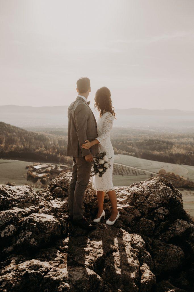 Brautpaar auf einem Berg im hintergrund das Land