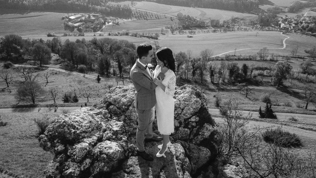 Brautpaar in einer Schwarzweis aufname